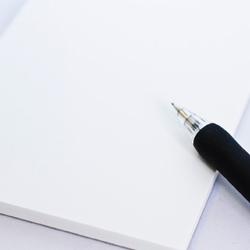 真っ白な紙にデザインを描くイメージ